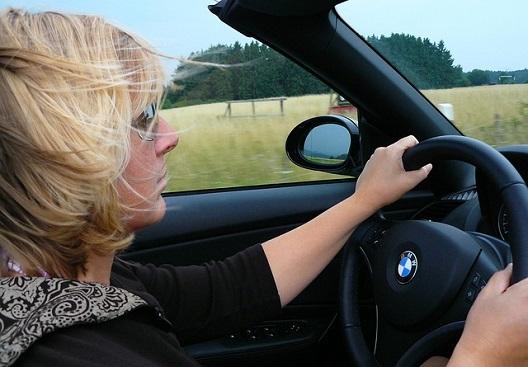 נהיגת קיץ – שתייה, מגבונים לחים וביטוח רכב