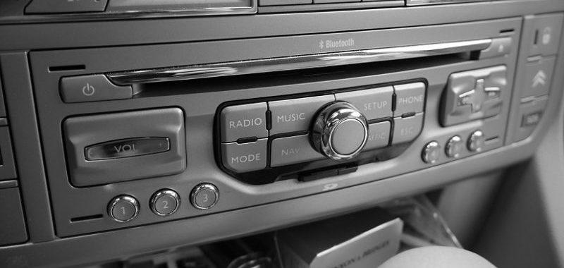 מוזיקה באוטו - מתי להתייעץ עם חברת הביטוח