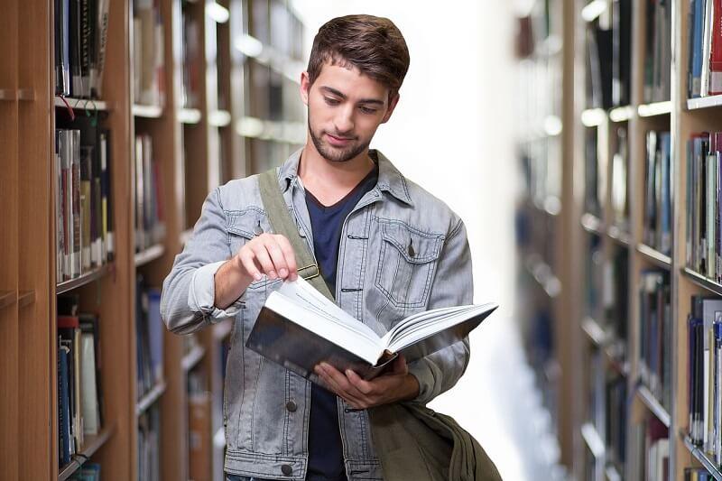 סטודנט בספרייה - איך לחסוך במחיר ביטוח רכב לסטודנטים