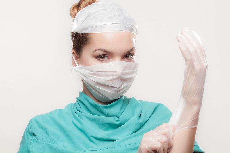 רופאה מנתחת - ההיסטוריה של ניתוחים והשתלות