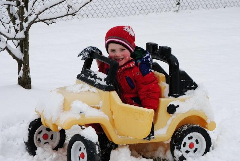 ילד באוטו צעצוע - טיפים נהיגת חורף