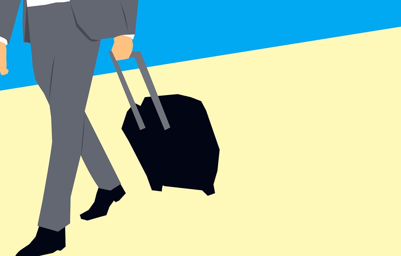 איש עסקים עם טרולי וביטוח נסיעות שנתי