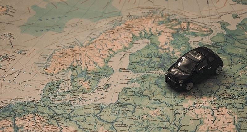 מכונית על מפה - רכב שכור בחו