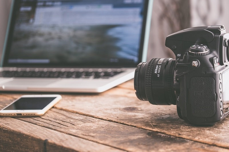 מצלמה ומחשב נייד עם כיסוי למחשב נייד בביטוח נסיעות