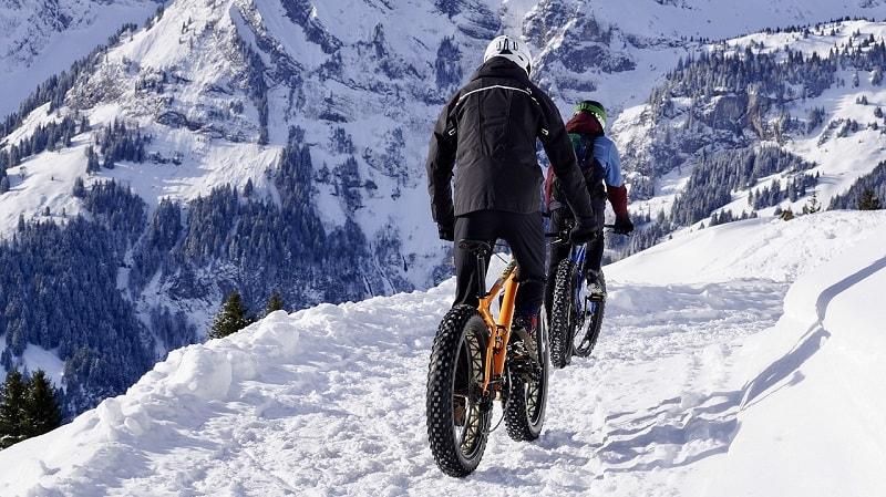 רוכבי אופניים בשלג - פוליסת נסיעות סקי ואתגרי