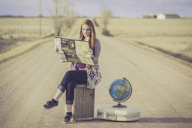 אשה מעיינת במפה - שאלות ותשובות בנושא ביטוח נסיעות לחו