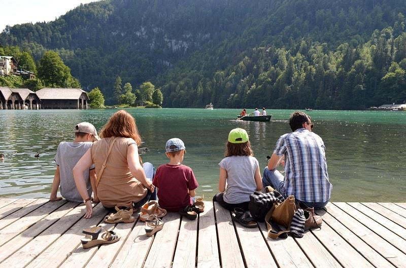 משפחה על המזח - חופשה בחו