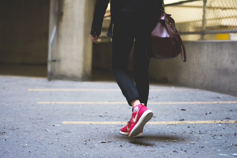 רגליים בהליכה - תוכנית הביטוח המשתלמת AIG Safe Life - זזים וחוסכים