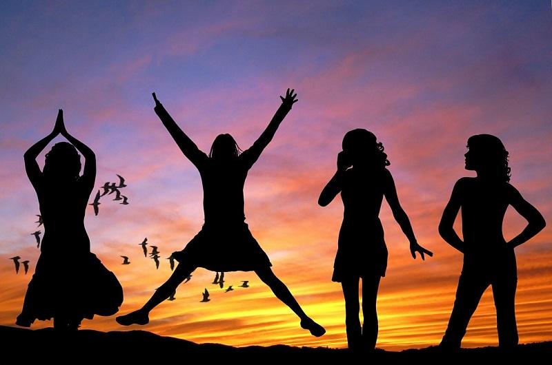 חיים בריאים – צלליות של נשים בתנועה