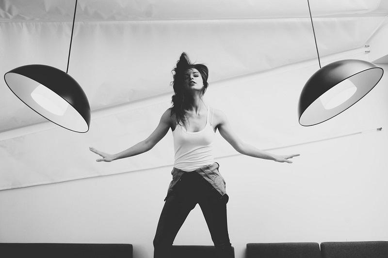 אשה רוקדת