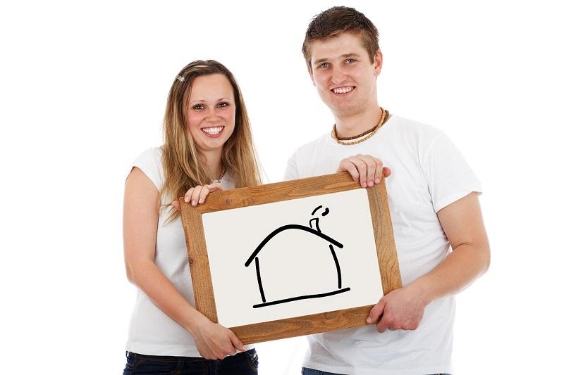 זוג עם איור של בית – להחליף את ביטוח המשכנתא