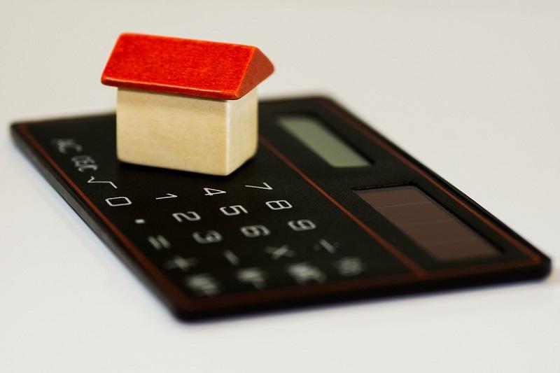 איור של בית על מחשבון – איך לחסוך בביטוח המשכנתא?