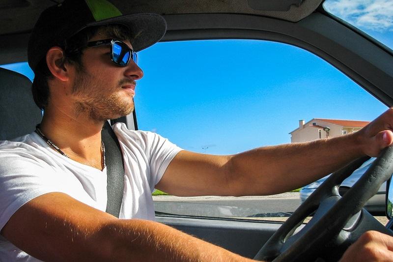 צעיר נוהג – ישיבה נכונה ברכב