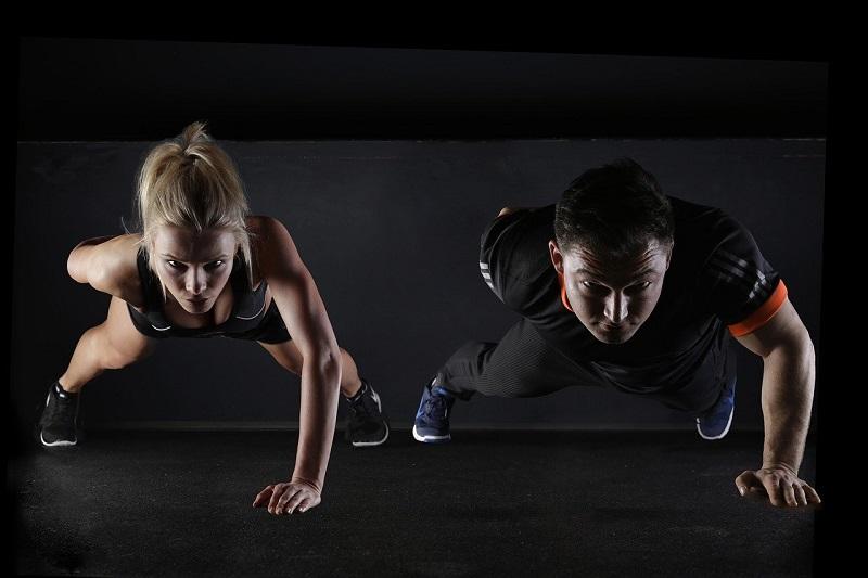 זוג מתאמן – יתרונות לאימון משותף עם חבר/ה