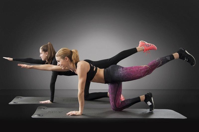 שתי נשים מתאמנות – על פעילות גופנית ועל ביטוח