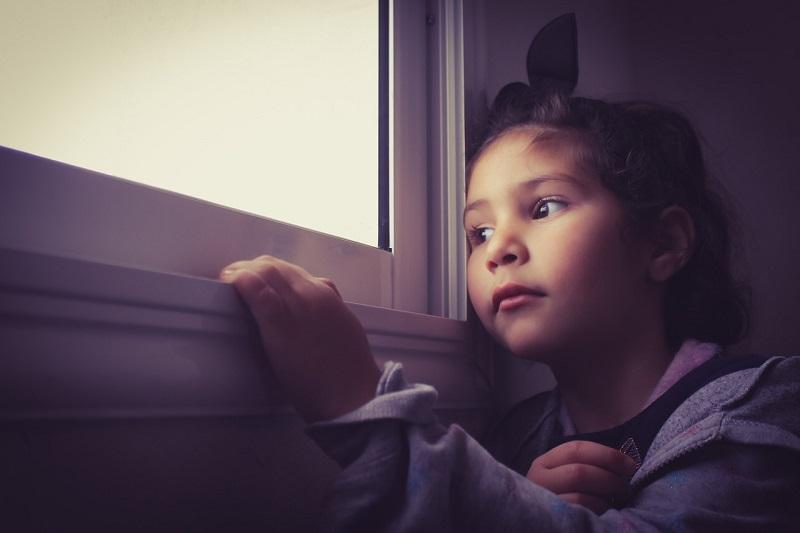 ילד מביט בחלון – מחלה קשה היא גם משבר כלכלי