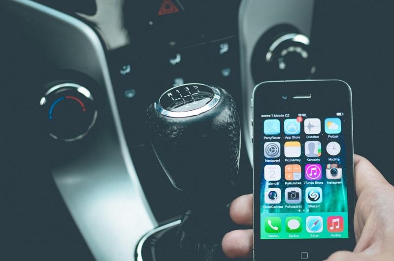 טלפון במכונית – נהג צעיר