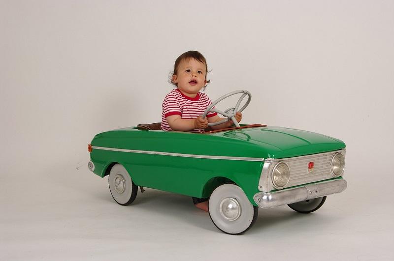 ילד במכונית צעצוע – ביטוח נהג צעיר